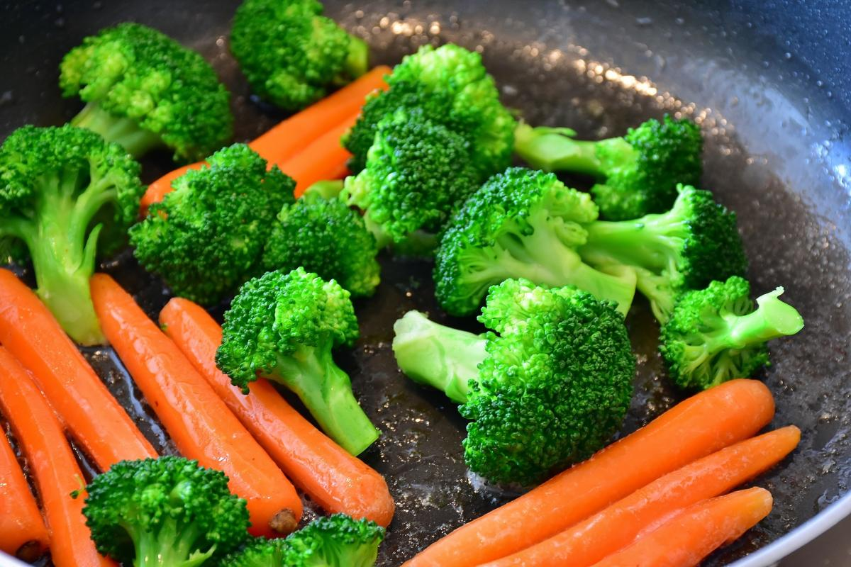 Cooking vegetables in a pan to lose weight and be healthy